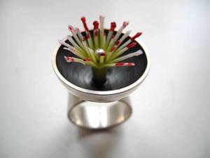 ring, silber, kunststoffblüte, foto haldis scheicher_500pixB
